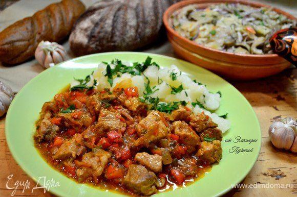 В готовое мясо добавить чеснок и свежую зелень.