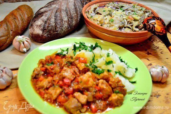 Подать рагу с картошкой и салатом.