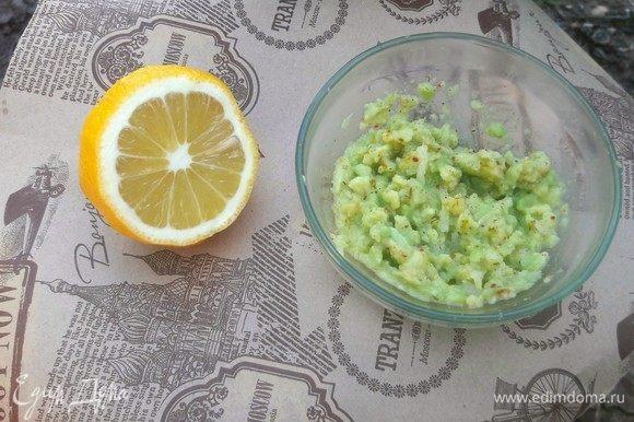 Авокадо очистить, разрезать пополам и также размять до получения однородной массы. Нарезать очень мелко репчатый лук и добавить к авокадо, сбрызнуть соком лимона, приправить небольшим количеством пряных специй.