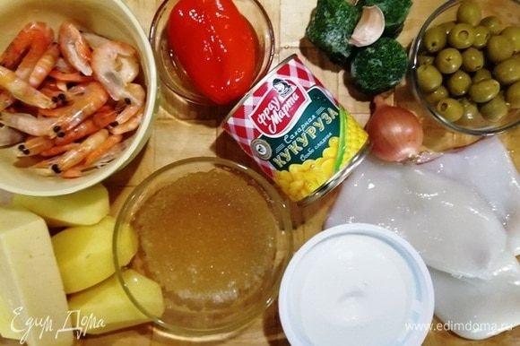 Подготовьте все ингредиенты. Креветки разморозить и очистить от панцирей (не выбрасывать), кальмары разморозить и очистить от внутренностей. Из кукурузы ТМ «Фрау Марта» слить жидкость. Перец, оливки, лук нарезать. Кальмары и креветки отварить в течение 3 минут.
