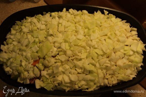 Сверху все плотненько засыпаем капустой же. Надо сказать, капуста — дает при запекании мяса удивительный соус. Ежели мясо жирней окажется, чем вы любите (или вам нравится), то такая капустная рубашка отнимет весь лишний жирок на себя, вы ее после готовности блюда просто удалите и нежнейшее не жирное мясо «у ваших ног». :)