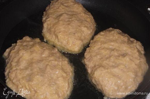Выложить на разогретую сковороду с маслом.