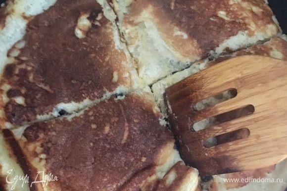 Когда и вторая часть «омлета» зарумянится, лопаточкой разрезать толстый блин сначала на 4 части.