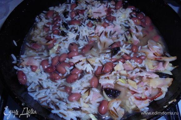 Добавьте отваренный рис, горчицу зернами, лейте бульон и готовьте в течение 7–8 минут (до уваривания жидкости). Посолите по вкусу. Стручковую фасоль отварите отдельно в течение 3–4 минут.