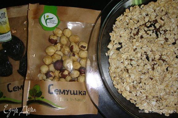 Овсяные хлопья и семена льна поставить на 10 минут в разогретую до 200°С духовку.
