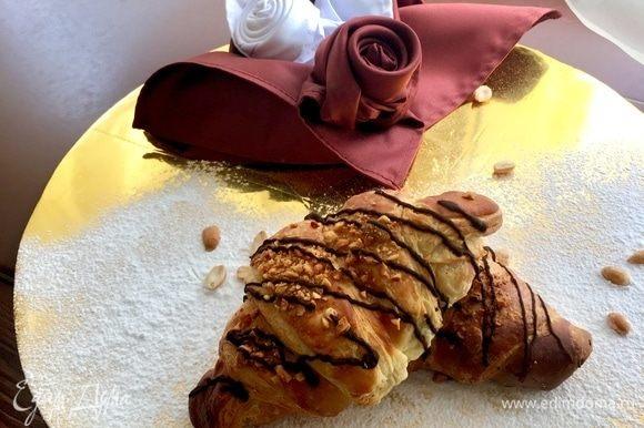 И можно скорее варить кофе и лакомиться свежеиспеченной слоеной сдобой с шоколадным сюрпризом внутри и яркими звонкими орешками на загорелой корочке! Для меня такой шоколадный круассан — это мечта и верх блаженства!