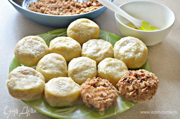 Кнедли обмакнуть в заранее отложенный взбитый белок, а затем — в подготовленную ореховую смесь.