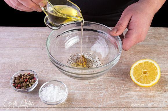 Смешайте заправку из оливкового масла, лимонного сока, горчицы, сахара, соли и черного перца.