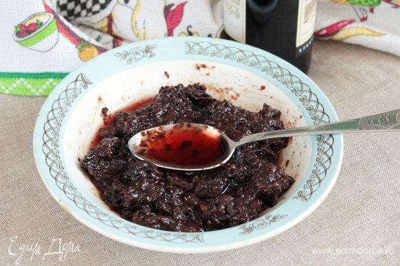 Влить в медово-фруктовую массу красное сухое вино (6 ст. л.). Снова перемешать.