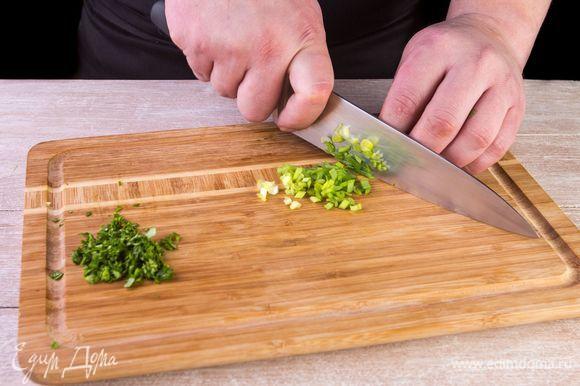 Нашинкуйте зеленый лук и кинзу.