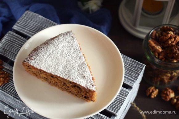 Перелить в форму на основу. Поставить в духовку на 35–45 минут. Готовность проверить зубочисткой. Пирог остудить и можно посыпать сахарной пудрой или ореховой крошкой. Приятного аппетита!