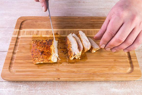 Дайте куриному филе остыть и нарежьте тонкими пластинами.