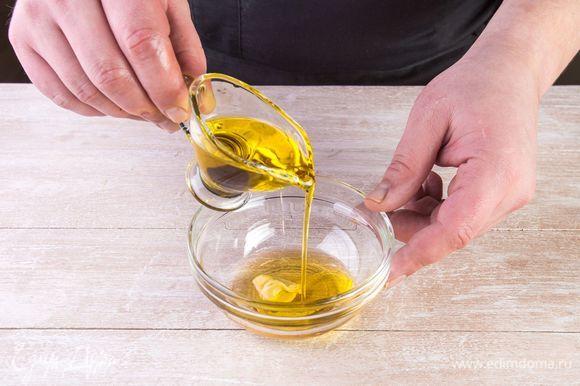 Для пикантной заправки смешайте мед, горчицу, уксус и растительное масло. Заправьте салат приготовленным соусом.