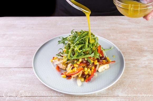 Салат с курицей, фасолью, кукурузой и сладким перцем украсьте руколой на свой вкус.