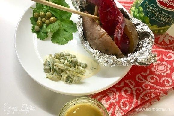Для себя же я приготовила вариант картофеля с красной рыбкой. С лососем собственного посола со свеклой. Техника посола подробно описана в рецепте «Картофельные блинчики с лососем и сметанным соусом». Все мы знаем, что рыбка с картошечкой — отличный дует! А если еще соуса, да побольше... Ммм...
