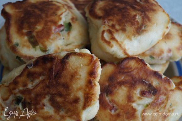 Получаются пирожки пышные, хорошо пропеченные, ароматные, с хрустящей корочкой, вкусные.