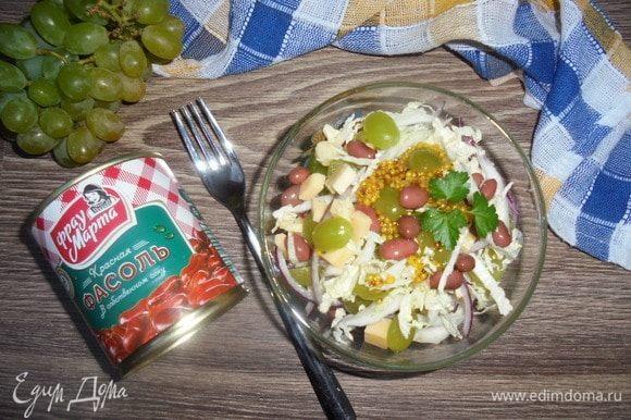 Выложите салат на сервировочное блюдо, полейте заправкой и подавайте. Приятного аппетита!