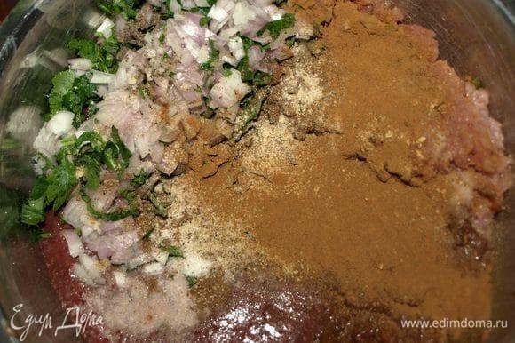 Лук очистить. Мелко порубить петрушку и лук. Добавить к мясным ингредиентам. Добавить корицу, перец, соль, мускатный орех, имбирь.