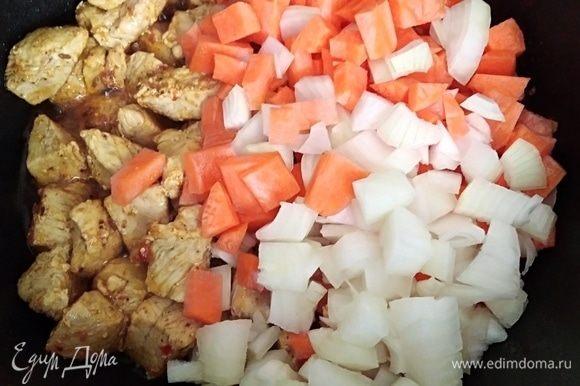 Лук и морковь почистить и нарезать кубиками. Добавить к мясу и готовить 5 минут вместе.
