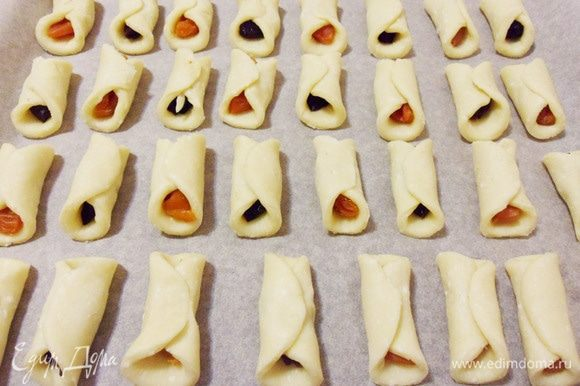 Выложить печенье на противень покрытый бумагой для выпечки и отправить в разогретую до 180°С духовку.