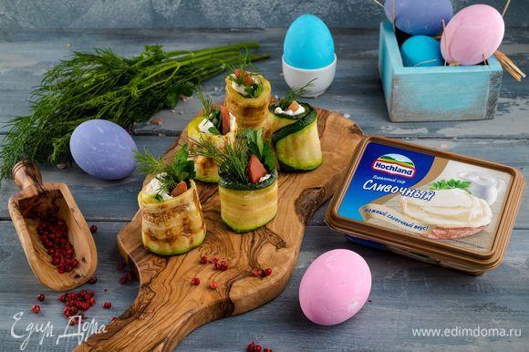 Подавайте сочную яркую закуску на салатных листьях. Приятного аппетита!