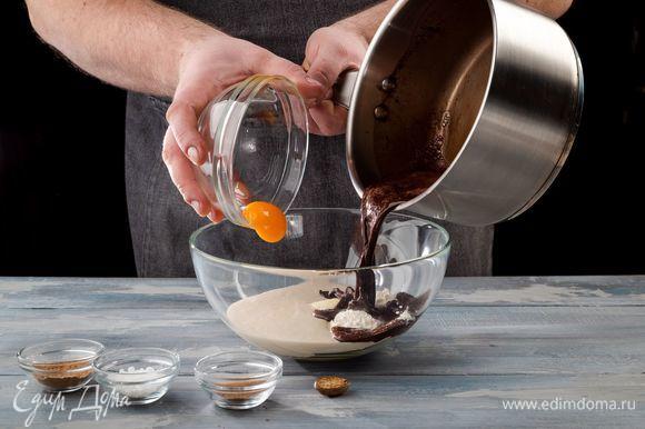 Отделите белок от желтка. В миску с опарой добавьте размягченное сливочное масло, оставшуюся муку и желток. Далее введите смесь с какао и специи по вкусу. Все хорошо перемешайте, замесите тесто и оставьте на час.