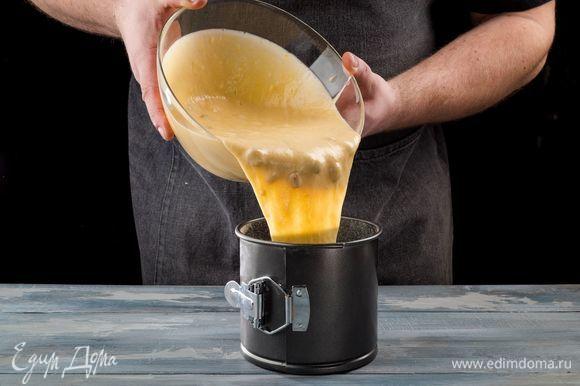 Изюм промойте, обсушите и обваляйте в 1 ст. л. муки. Соедините изюм с тестом и перемешайте. Для выпечки используйте форму для кулича. Смажьте ее сливочным маслом, посыпьте мукой и заполните тестом на 2/3. Выпекайте кулич при 180°С 40 минут.
