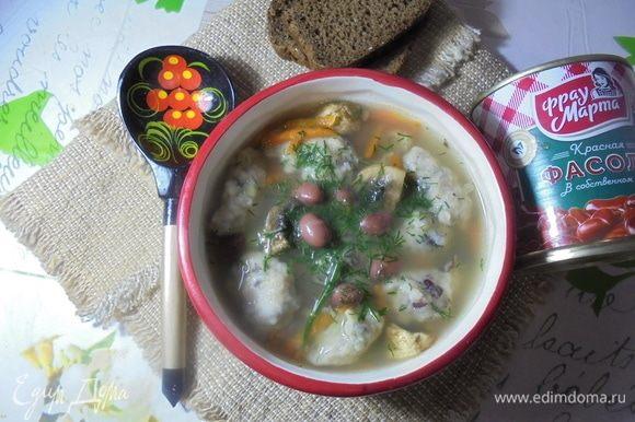 Разлить суп по порционным тарелкам. При желании можно подавать со сметаной. Приятного аппетита!
