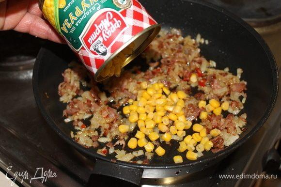 Добавьте к луку кукурузу, бекон, если вы хотите сделать его мягче. Если желаете оставить хрустящим, то не добавляйте, добавите непосредственно перед подачей.