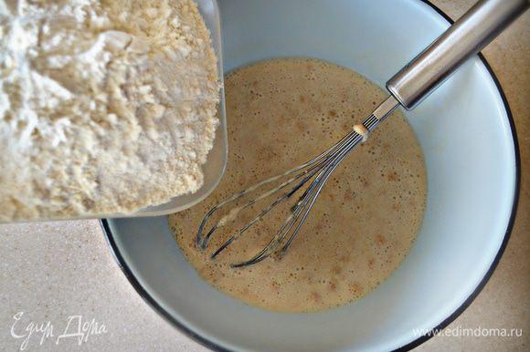 Затем влить оставшееся молоко, предварительно растворив в нем сахар и соль.