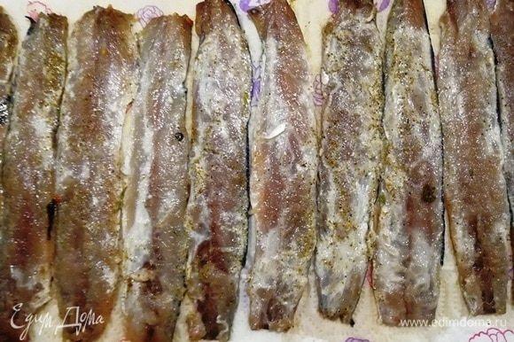 Оставляем рыбу буквально 5 минут мариноваться. Затем выкладываем на бумажное полотенце кожей вниз, просушиваем ее.
