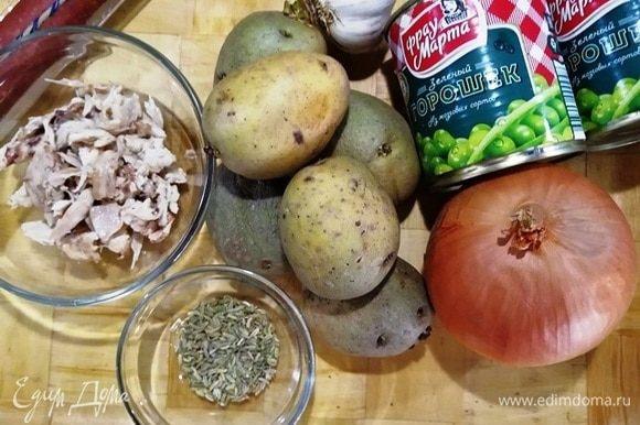 Подготовим ингредиенты для супа. 2 банки зеленого горошка ТМ «Фрау Марта», картофель, лук, чеснок, курицу из бульона, семена фенхеля.