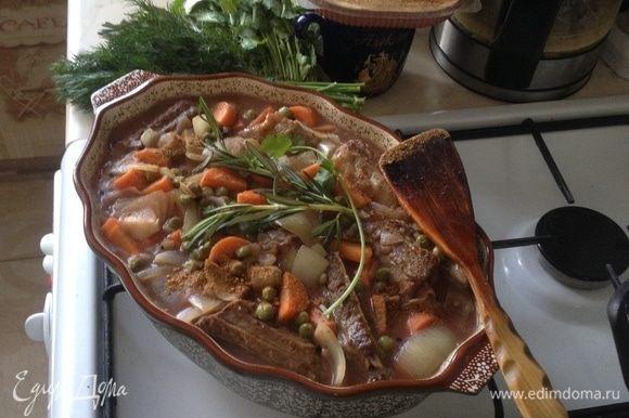 Соус с овощами перелить в форму с мясом, посыпать специями для мяса (у меня майоран, петрушка, смесь перцев, сладкая паприка, черный перец горошком, лавр. лист, веточки розмарина).