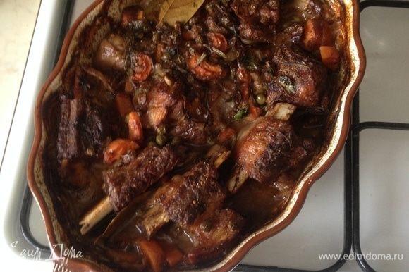 После томления у мяса появляется запеченная корочка красного насыщенного цвета, мясо легко отделяется от косточки, соус с пропеченными овощами и ароматными специями.