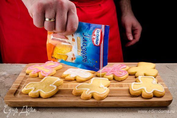 Срежьте уголок и покройте глазурью печенье.