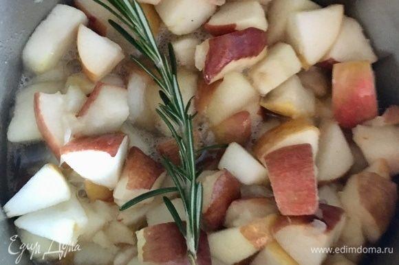 Как только яблоки дали сок, познакомились с кленовым сиропом... девочки, это такие сумасшедшие ароматы поплыли по кухне! И тут мне в голову пришла новая мысль — а не положить ли мне в кастрюльку веточку свежего розмарина! Да! Это так ароматно вышло! Как только яблочки протушились, веточку я извлекла, ароматы остались. Пюрировать яблоки погружным блендером и оставить остывать.