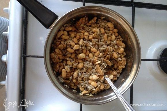Томить 3 минуты, помешивая, пока ореховая масса в себя впитает мед и масло.
