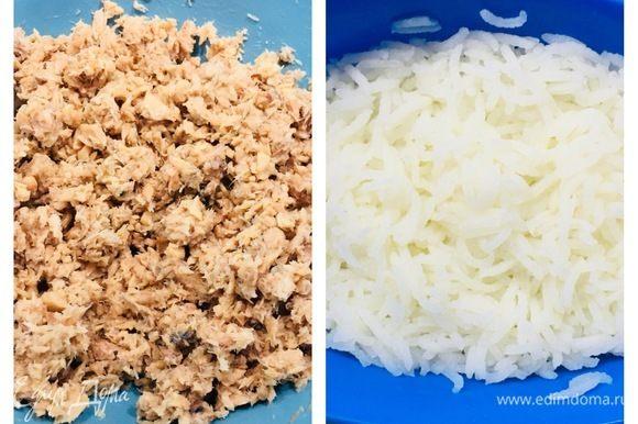 Отварить рис, 2 яйца. Размять в тарелке рыбу.
