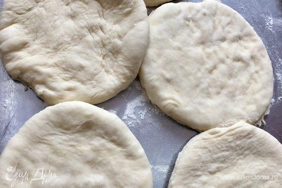 Формочкой, тарелочкой или блюдцем делаем кружочки из теста.