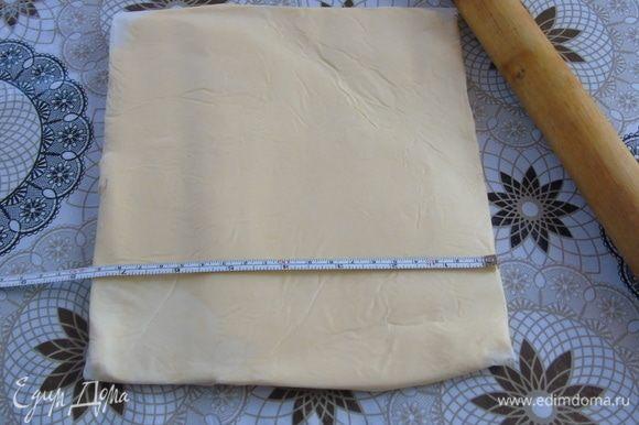 Подготавливаем масло. Из пергамента делаем конверт 19*19 см, вставляем в середину масло — 250 г, отбиваем слегка скалкой и раскатываем, чтобы получился квадрат. Отправляем в холодильник на стабилизацию.