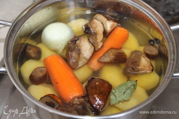 Отварите картофель вместе с грибами луковицей, морковью и с специями.