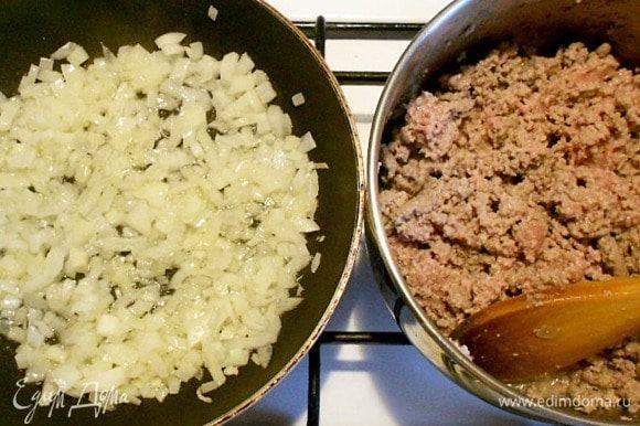 В разогретой сковороде на 1 ст. л. масла обжарить лук до мягкости, добавить чеснок и свежий чили, затем сахар, сухие пряности (кроме орегано) и готовить несколько минут, пока они не раскроют свой аромат. Порошок чили добавляют по вкусу. Кумин и семена кориандра должны быть молотыми. Можно готовить со стеблями кинзы, а листья отложить для сервировки. В США вместо сахара любят добавлять черную тростниковую патоку мелассу.