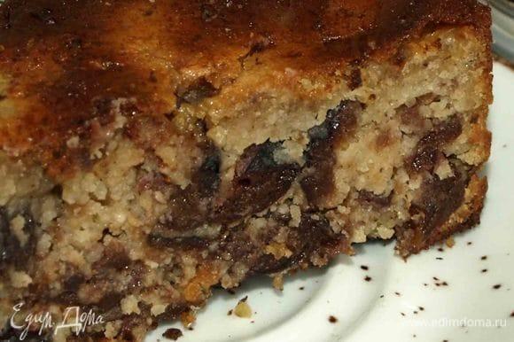 Разрезаем пирог и наслаждаемся нежно кремовой структурой.