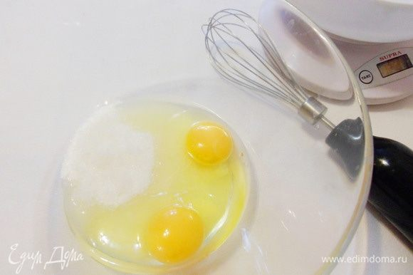 Положить в миску яйца и оставшийся сахарный песок.