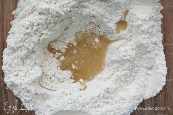 К сухим ингредиентам добавляем оливковое масло и уксус. Слегка перемешиваем ложкой.