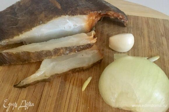 Для обогащения рыбного фарша ароматами нам понадобятся половина небольшой луковицы, зубчик чеснока и секретный ингредиент — копченая рыбка, буквально нескольку кусочков. У меня потрясающий вкуснющий и свежайший балык палтуса, привезенный мне в подарок из холодного Мурманска.