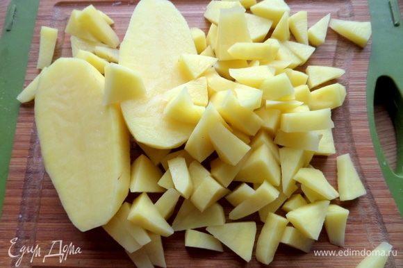 Нарезать картофель.