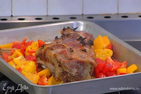 Весь сладкий перец, удалив плодоножку с семенами нарезать кубиками, добавить к ягнятине и посолить, мясо полить выделившимся соком и запекать еще 20‒30 минут до готовности.
