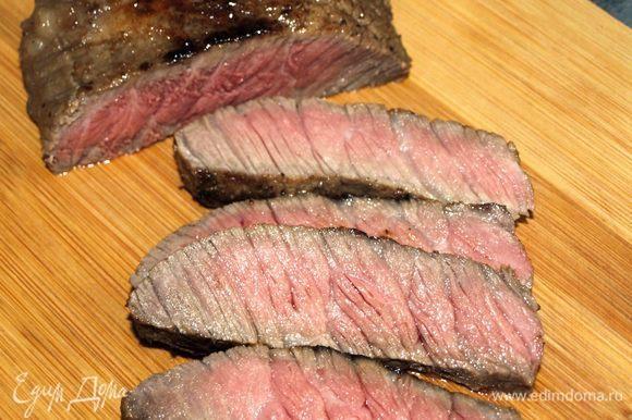 Мясо можно нарезать кусочками, а можно подать и целиком.