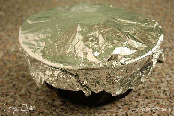 Накрыть форму фольгой. В центре сделать отверстие для равномерной циркуляции горячего воздуха при выпечке. Выпекать 70–75 минут, затем духовку выключить и оставить в ней пирог на 10 минут.